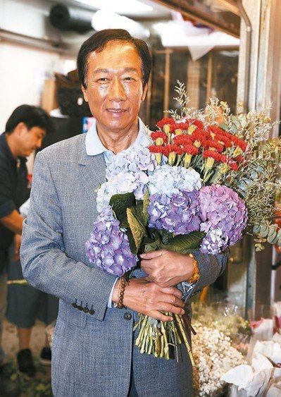 鴻海董事長郭台銘上午到花市,在母親節前夕幫媽媽和太太選花。 記者曾吉松/攝影
