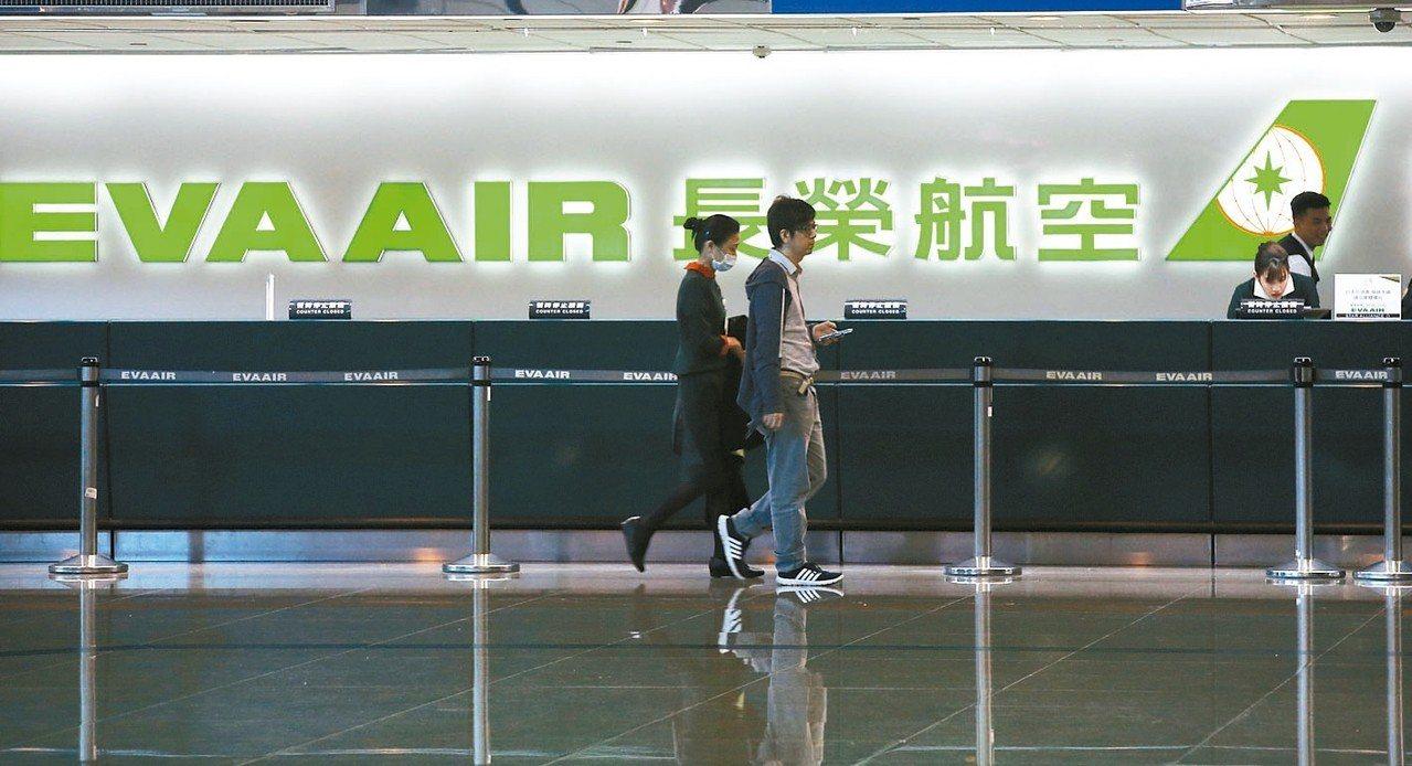 長榮航空祭出暫停發放年終及調薪等措施,交通部長林佳龍今表示,因為最後結果還未定,...