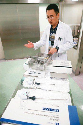 中國附醫新竹分院外科部一般外科主任李博彰說明一次性和可重複使用的手術器械。該院院...