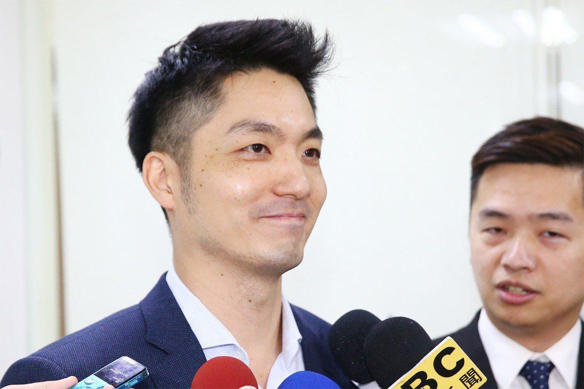 國民黨立委蔣萬安昨在立院內政委員會,沒注意麥克風沒關,意外被錄下與同黨立委聊天的...