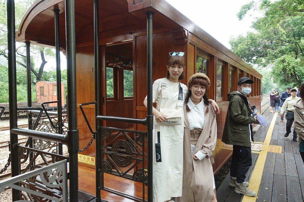 主持群溫妮、泱泱搭乘阿里山鐵路檜木車廂小火車,讓溫妮、泱泱驚艷不已,直呼是網美必...