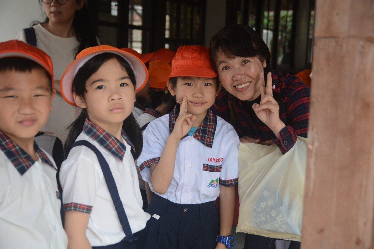 「時光小學堂」企圖讓家長與孩子一起成為學生,快樂學習成長。(作者提供)