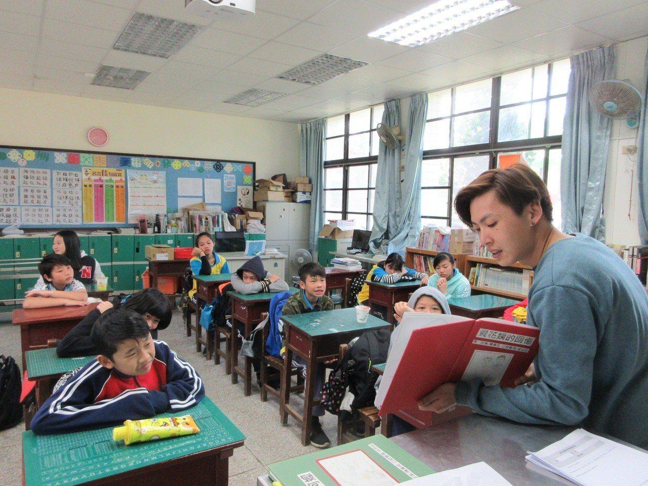 牛犁協會將資源挹注到孩子的教育系統之中。豐山國小授課情形。(作者提供)