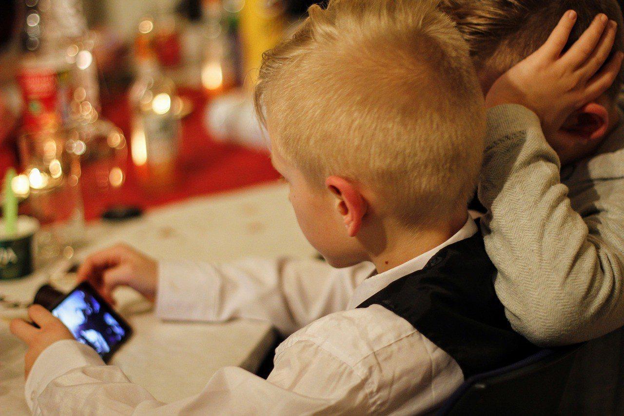 「用手機帶小孩」已成全球趨勢?是當代父母皆然的新習慣?(示意圖取自pixabay...