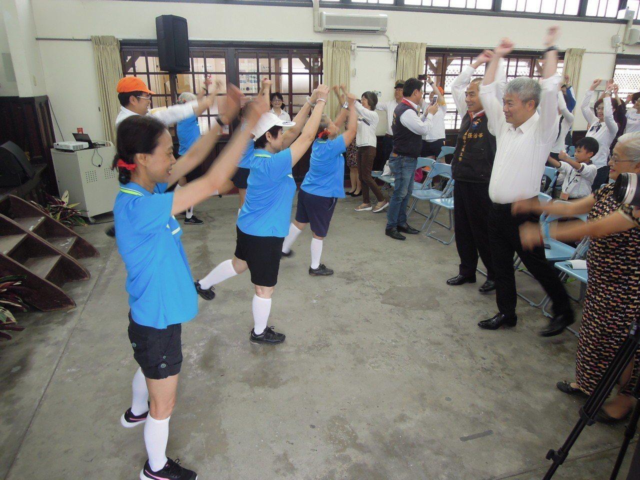 「為什麼爸爸媽媽都會跳?」早操喚起了大家的童年回憶,小朋友也跟著一起揮舞擺動。(...