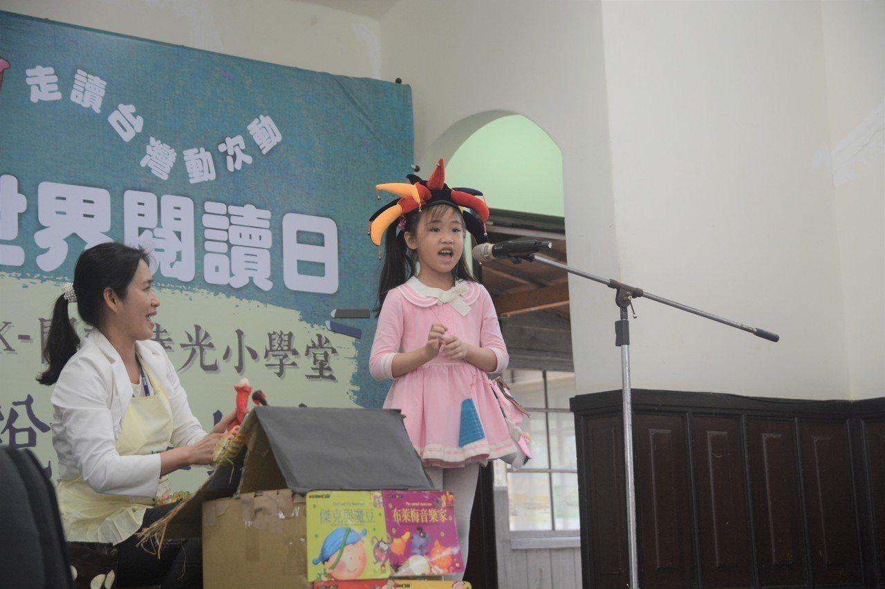 各種道具盡出、彷彿日本電視節目《超級變變變》的親子說故事比賽。(作者提供)