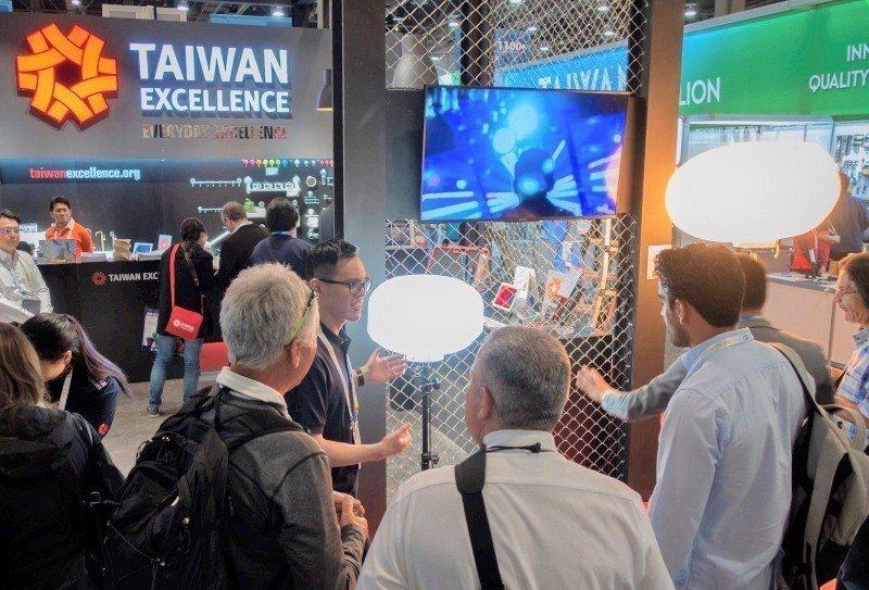 全美五金展(NHS)台灣精品青暘LED氣球燈,受美洲、中美洲買主喜愛。  貿協/...