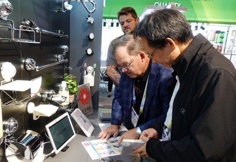 鐵碳副總經理蘇俊成(右)在展場為買主解說魔法吸盤特性。 貿協/提供