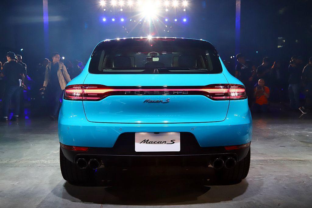 小改款保時捷Macan車尾造型延續新世代保時捷跑車家族的設計精髓,橫跨車尾左右兩...
