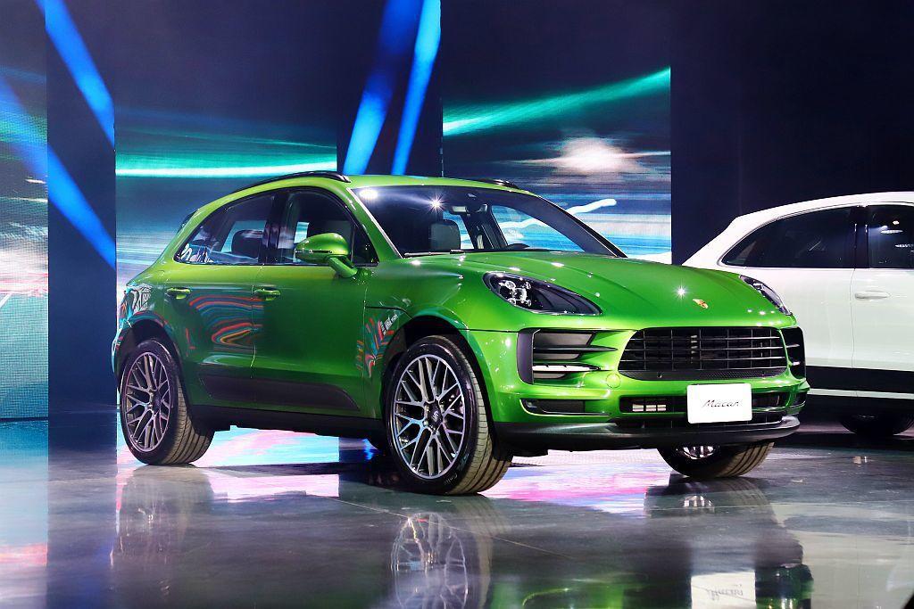 保時捷Macan車系的輪圈尺寸視不同車型有18至21吋可供選擇,前軸輪胎尺碼介於...