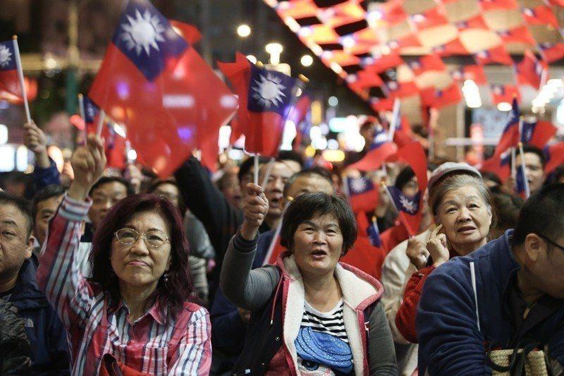 投票當天,數百名支持者在國民黨台北市長候選人丁守中的競選總部,一同搖旗吶喊為他加...