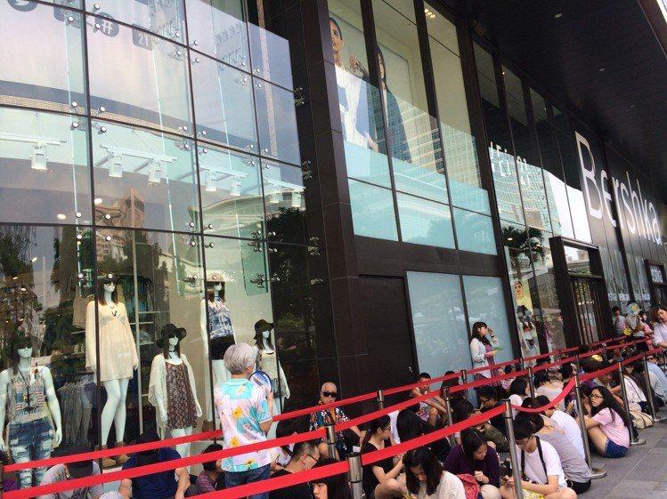 Forever21來台插旗時的長長排隊人潮,與今日撤出台灣令人不勝唏噓。圖/聯合...