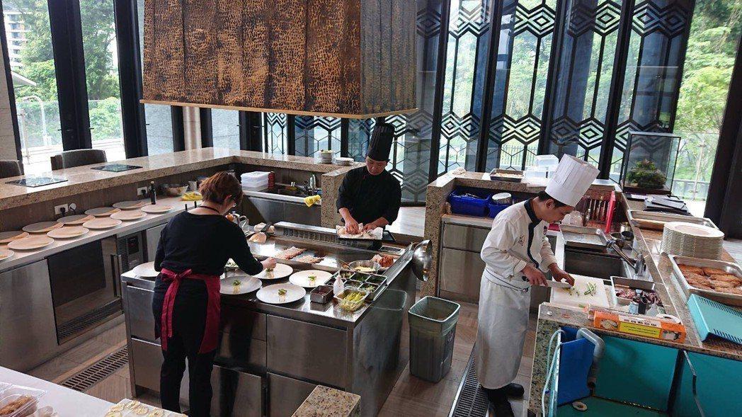 優美的國宴廳,開放式餐廚設計,呈現鄉林山海滙料理新鮮到味的要求。 大謙公關/提供