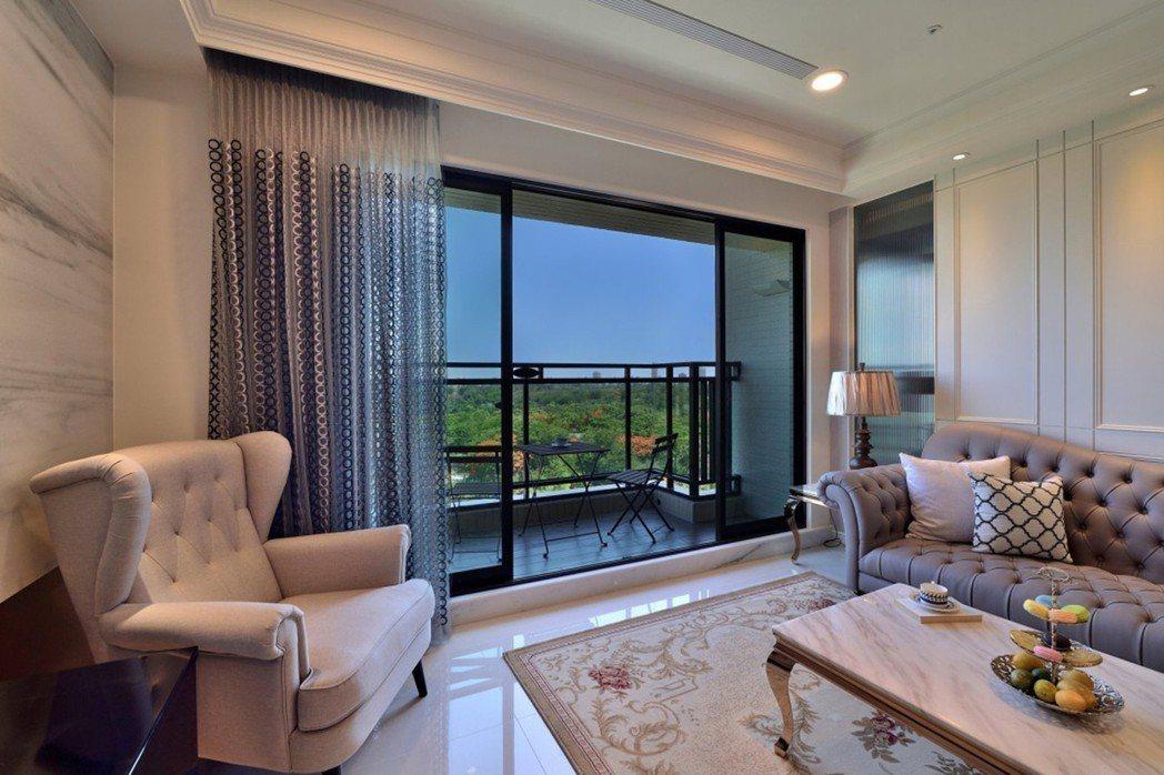 閒坐客廳徜徉樹海間,彷彿漫步雲端綠海。圖片提供/芳崗澄品
