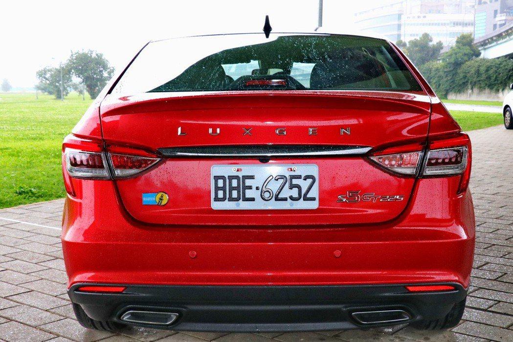 車尾以GT225及Bilstein的銘牌彰顯身分。 記者陳威任/攝影