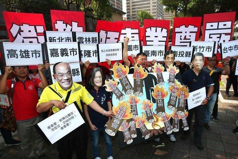 全國教師工會總聯合會,以行動劇方式於立法院前抗議。 圖/聯合報系資料照