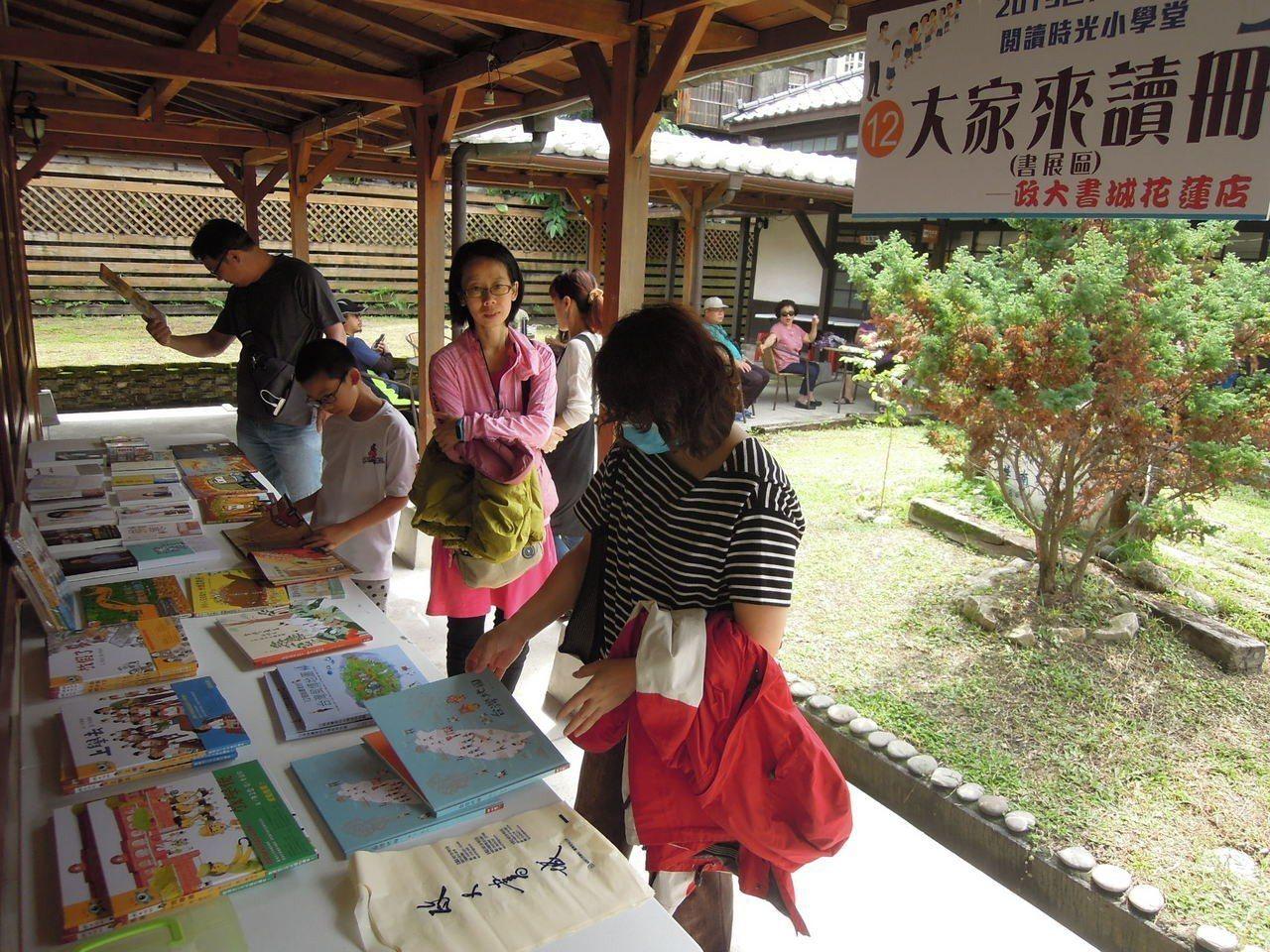 現場也與連鎖書店合作書展,推薦給家長適合親子一同閱讀的圖書。(花蓮縣文化局提供)