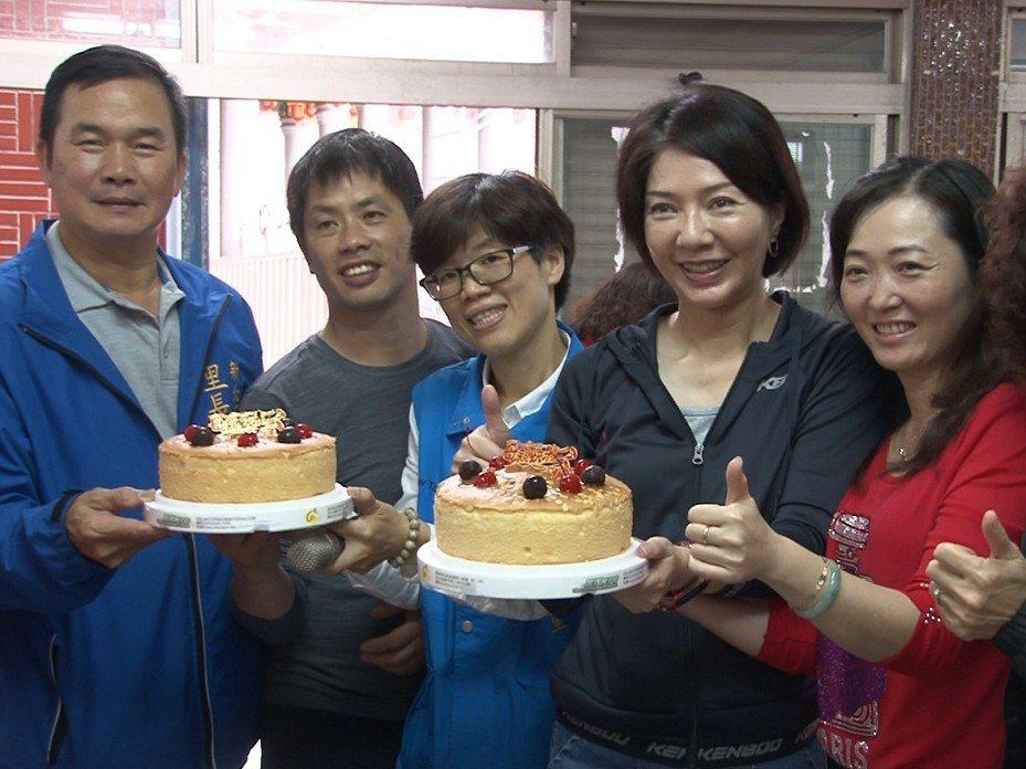 瑞芳區吉慶里共餐結合抽獎活動,市議員林裔綺也來到現場與里民同歡,分享蛋糕場面開心又熱鬧。 圖/觀天下有線電視提供