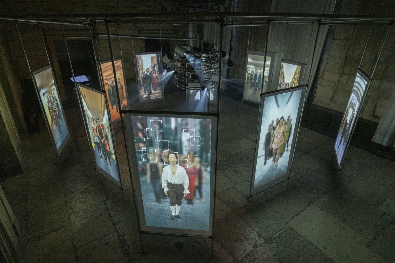 鄭淑麗在威尼斯藝術雙年展台灣館建構了一個旋轉投影塔,透過運作3D攝像監視系統,同...