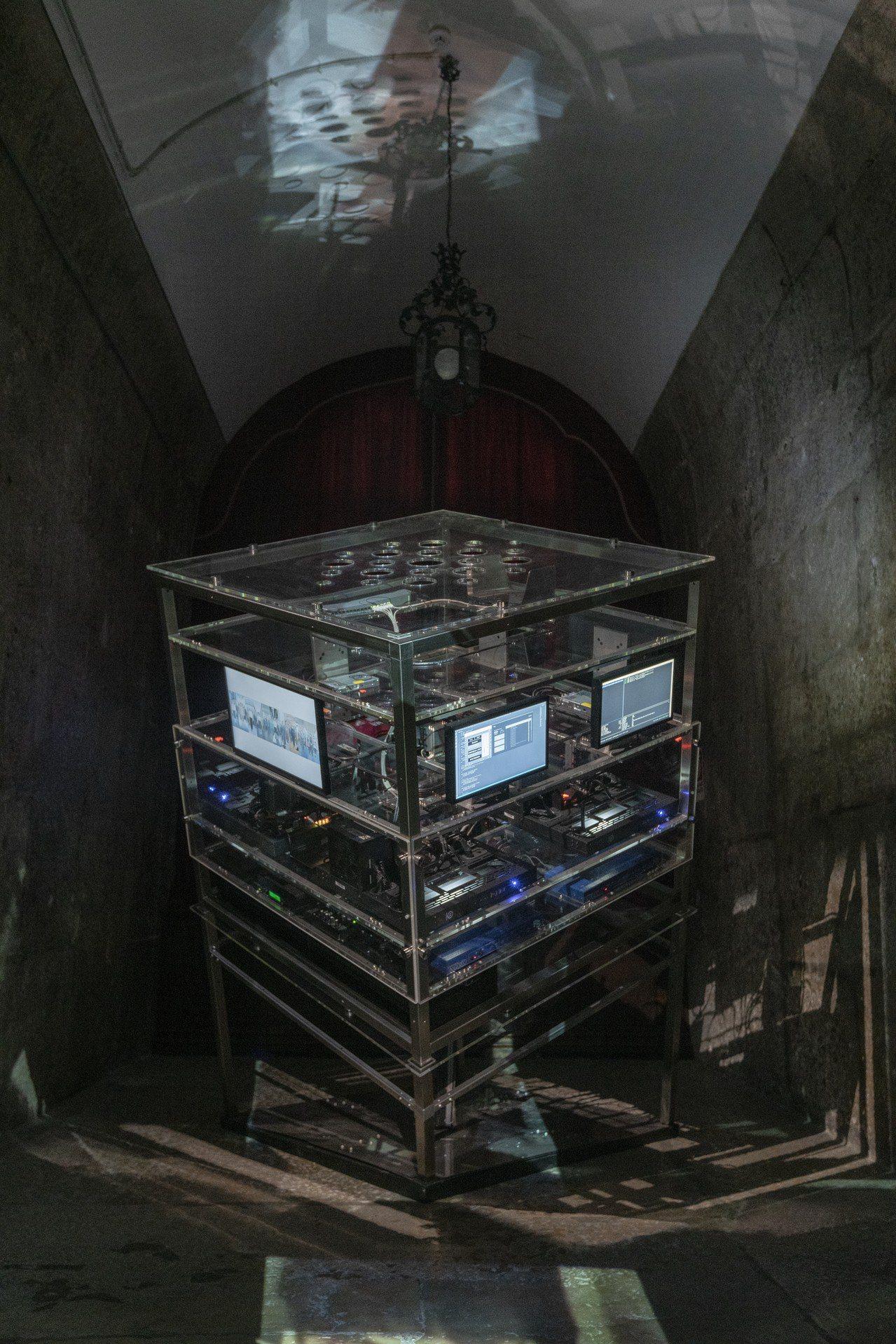 鄭淑麗在威尼斯藝術雙年展台灣館建構了一個旋轉投影塔。圖/北美館提供