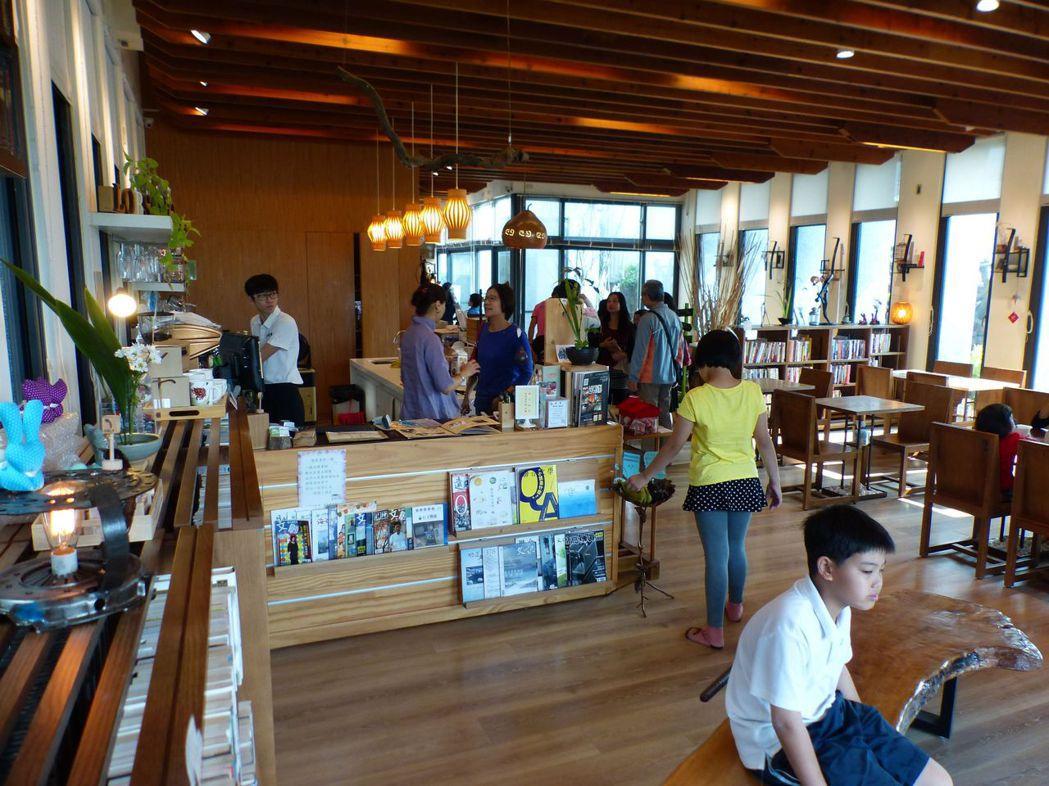 台中市烏日區溪尾里羅布森書蟲房獨立書店特色為「借的書比賣的還多」,要讓偏鄉飄書香...