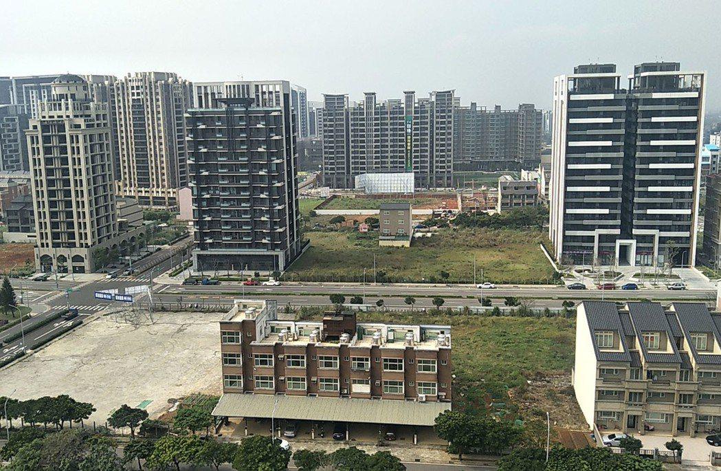 桃園市青埔高鐵特區房價盤整下修後,今年房價回升2到3字頭,房地產業者看好2020...