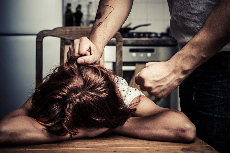 王男只因女兒打翻綠豆湯,就拍桌大罵還打傷老婆。示意圖/ingimage