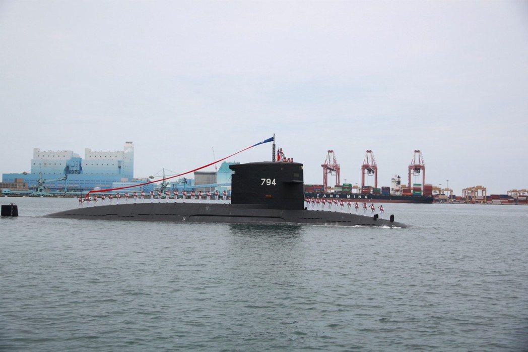 海軍弟兄搭乘潛艦行經動土典禮場地,向蔡英文總統致敬。 記者鄭鴻達╱攝影