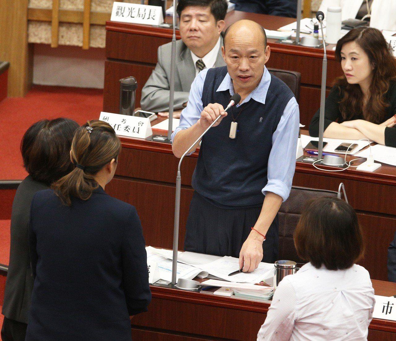 高雄市長韓國瑜(第二排)今天在議員康裕成質詢的最後本要整個答覆,但在場民進黨議員...