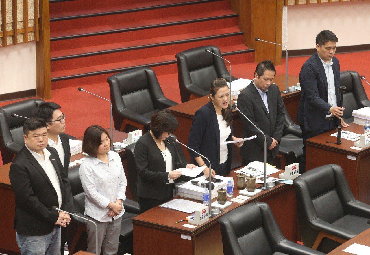 民進黨籍高雄市議員康裕成、 高閔琳今天強力質詢市長韓國瑜。左起:民進黨議員簡煥 ...
