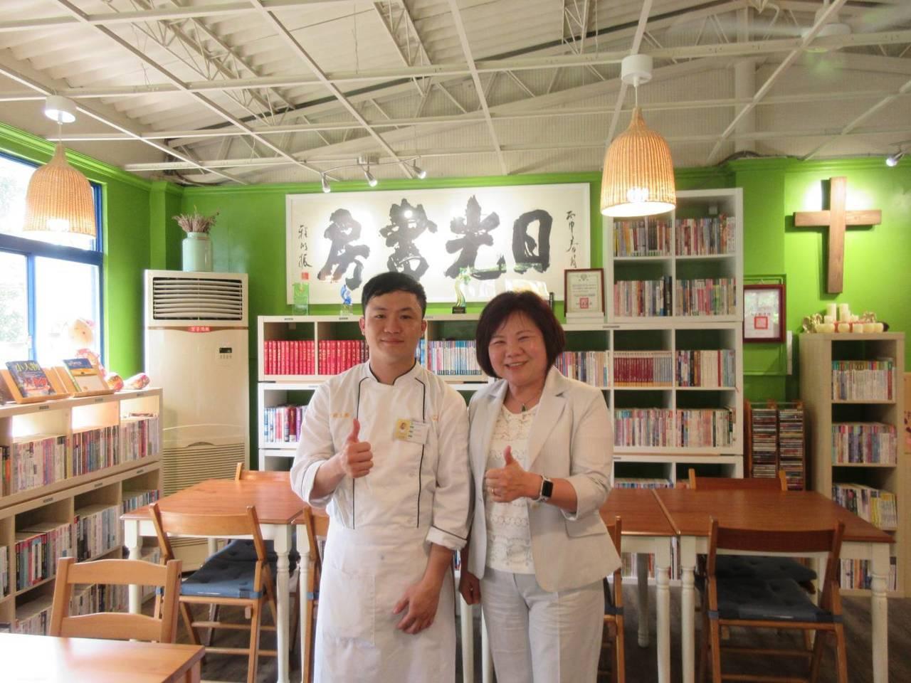 勞動部長許銘春(右)讚許呂芳銘(左)好廚藝,肯定他重返職場找回人生價值。圖/勞動...