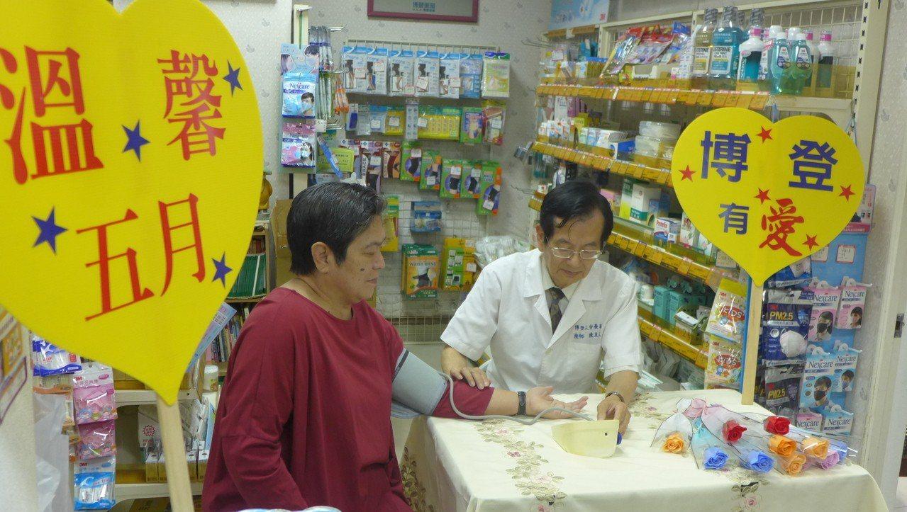北台南家扶扶幼委員陳立人藥師(右)為媽媽們量血壓。圖/北台南家扶提供