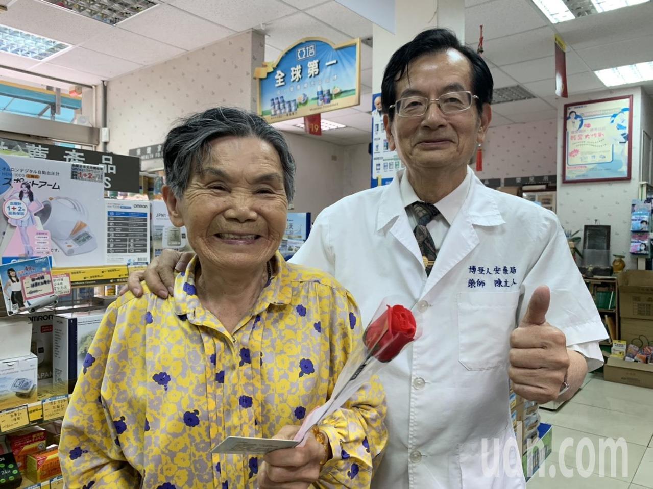 北台南家扶扶幼委員陳立人藥師(右)送母親節花給到藥房的媽媽。記者吳淑玲/攝影