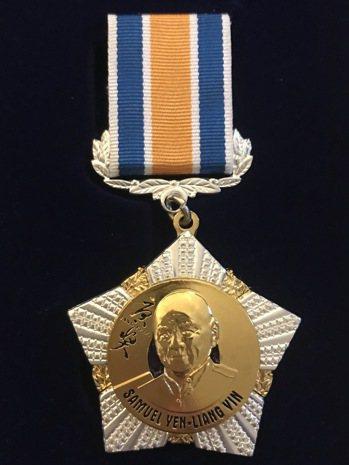 俄國國際工程院打造以唐獎為勛章背景的尹衍樑勛章,肯定其對世界的非凡貢獻。 圖/唐...