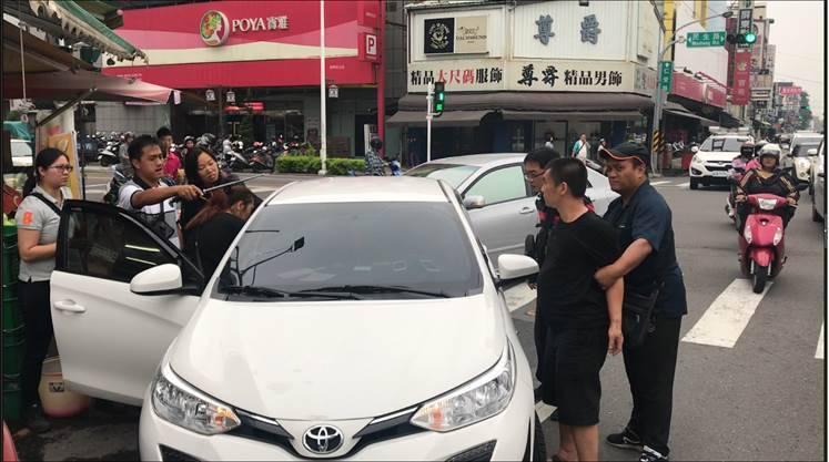 屏東里港警方以偵防車夾擊逮獲涉嫌販毒的毒鴛鴦。記者翁禎霞/翻攝