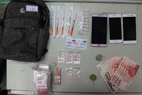 屏東里港警方以偵防車夾擊逮獲涉嫌販毒的毒鴛鴦,並起出毒品一批。記者翁禎霞/翻攝