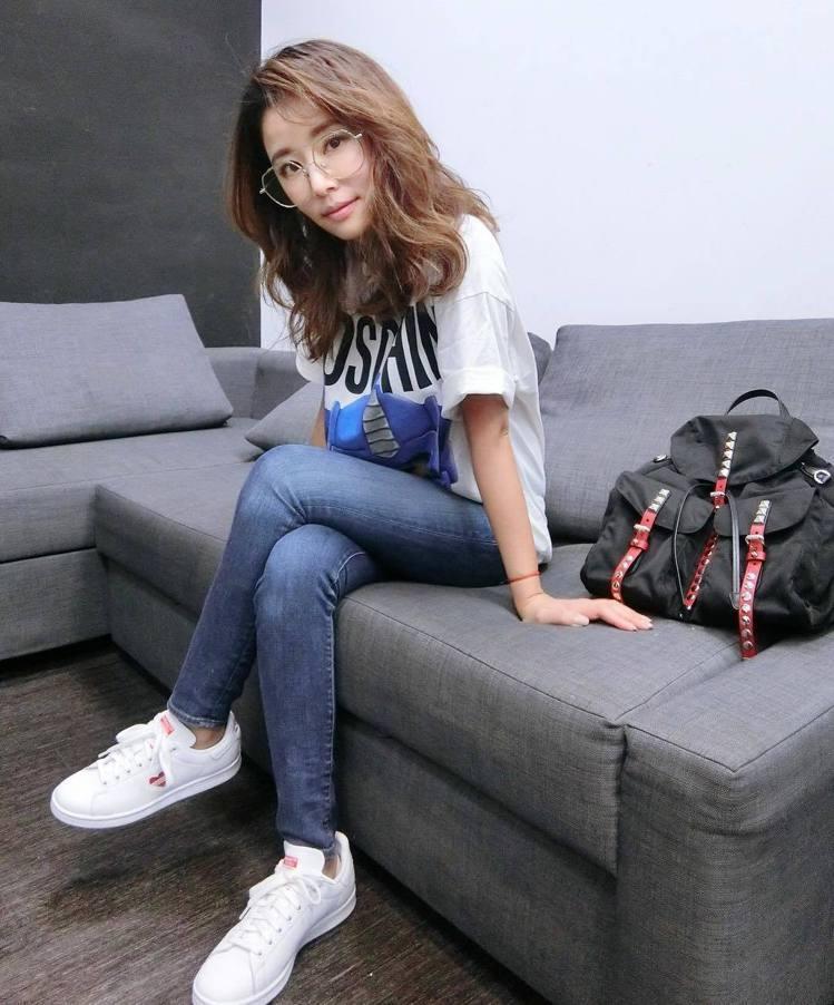 林心如搭配Prada鉚釘裝飾尼龍後背包,52,500元。圖/摘自IG