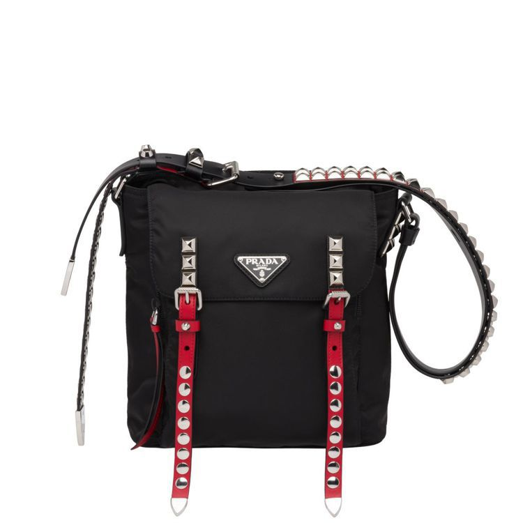 鉚釘裝飾經典尼龍手提肩背包,58,500元。圖/Prada提供
