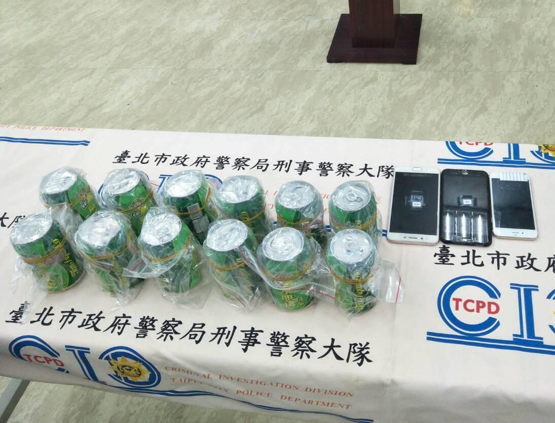 警方當場查獲以涼茶包裝掩飾的K他命飲料12罐。