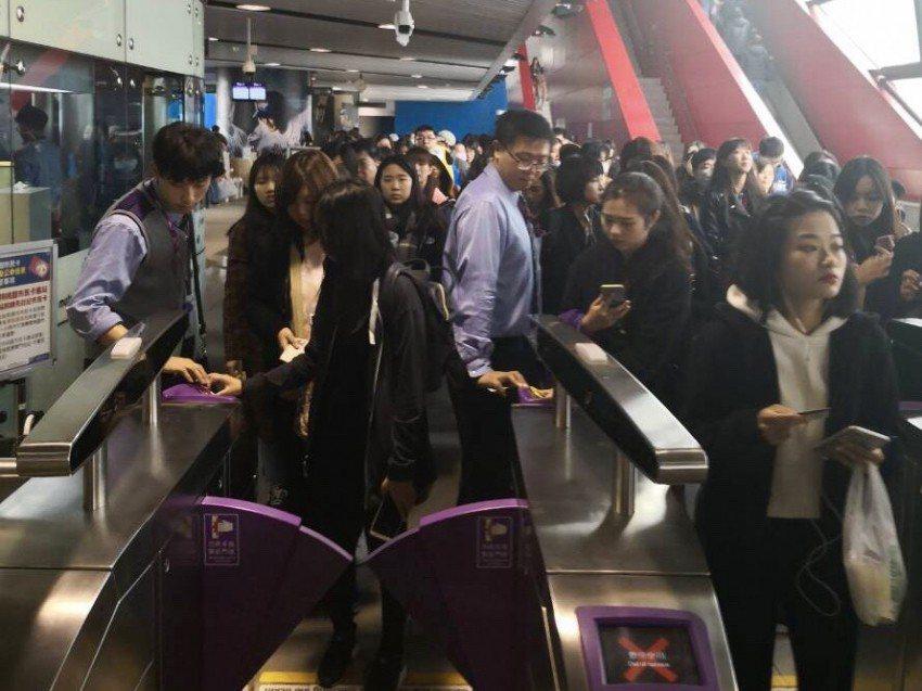 一名香港老婦去年底來台旅遊,過機場捷運票閘門時未保持安全距離被夾傷送醫,圖為票閘...