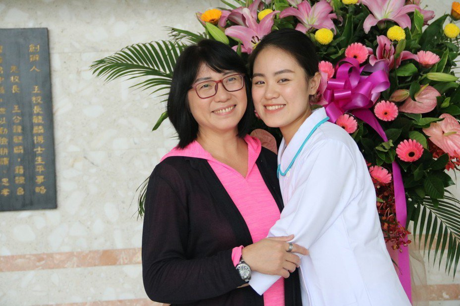 弘光科大護理生張喬旻(右)因車禍而念護理系,加冠典禮與媽媽合影。記者余采瀅/攝影