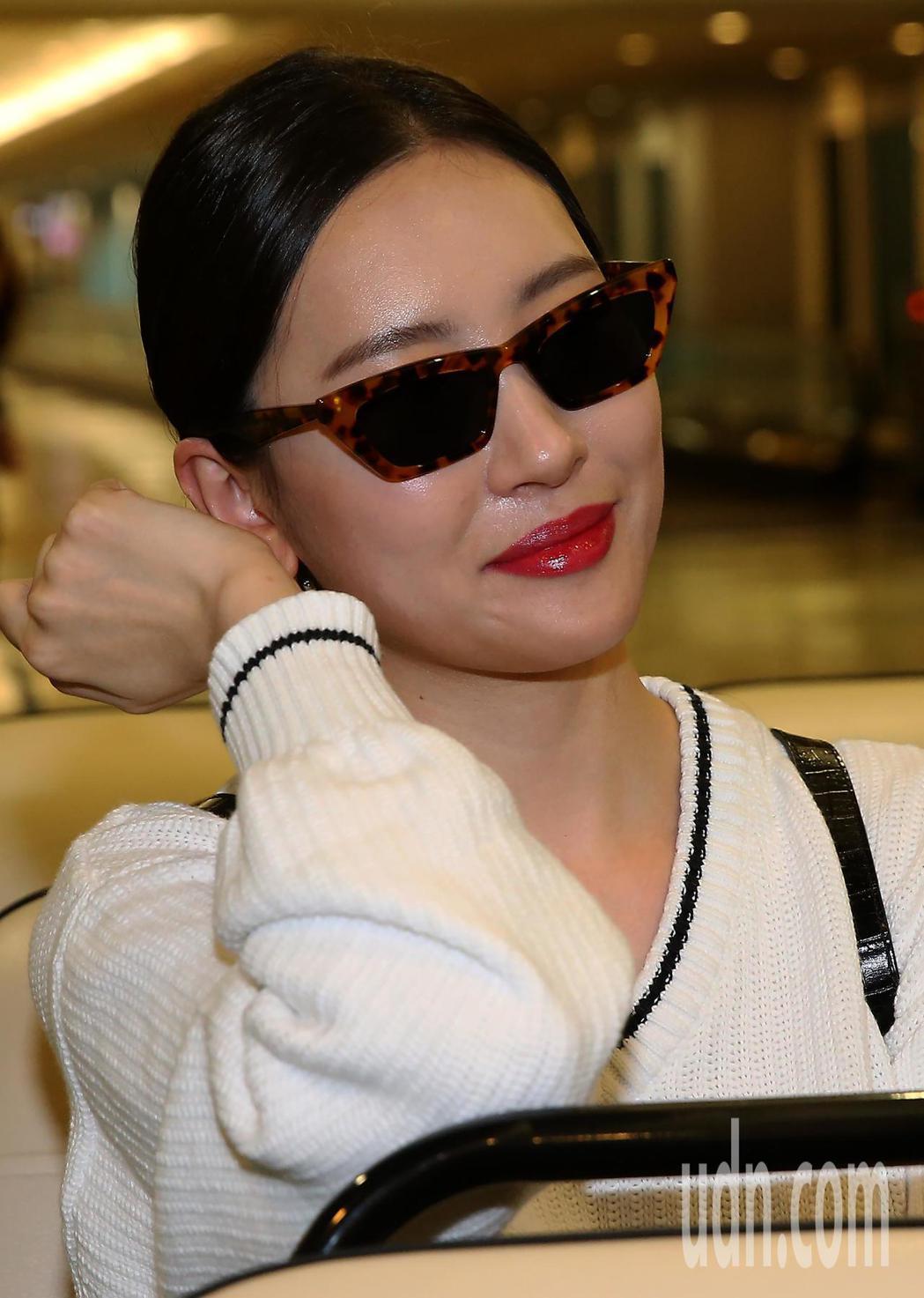 韓星宣美9日下午搭機抵達桃園機場,看到媒體記者拍攝,親切地回應。記者陳嘉寧/攝影