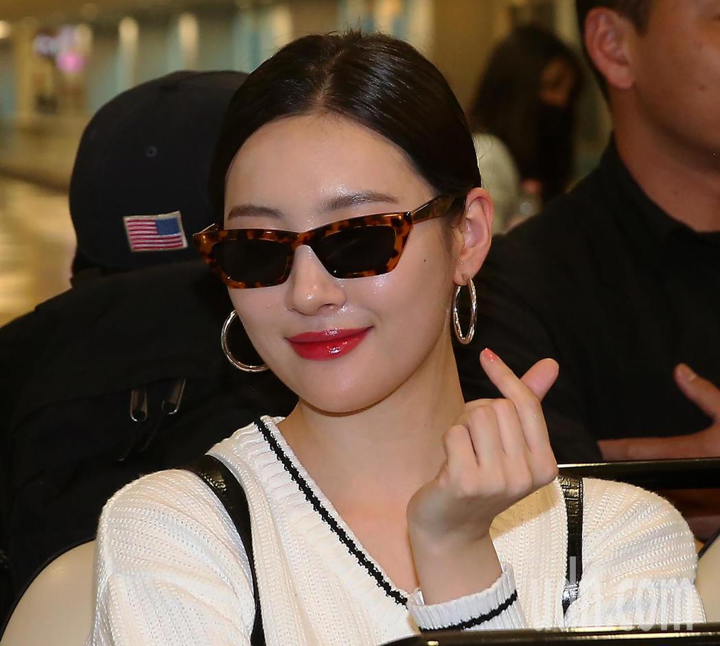 韓星宣美9日下午搭機抵達桃園機場,面對媒體鏡頭,親切地比出「愛心」手勢。記者陳嘉...