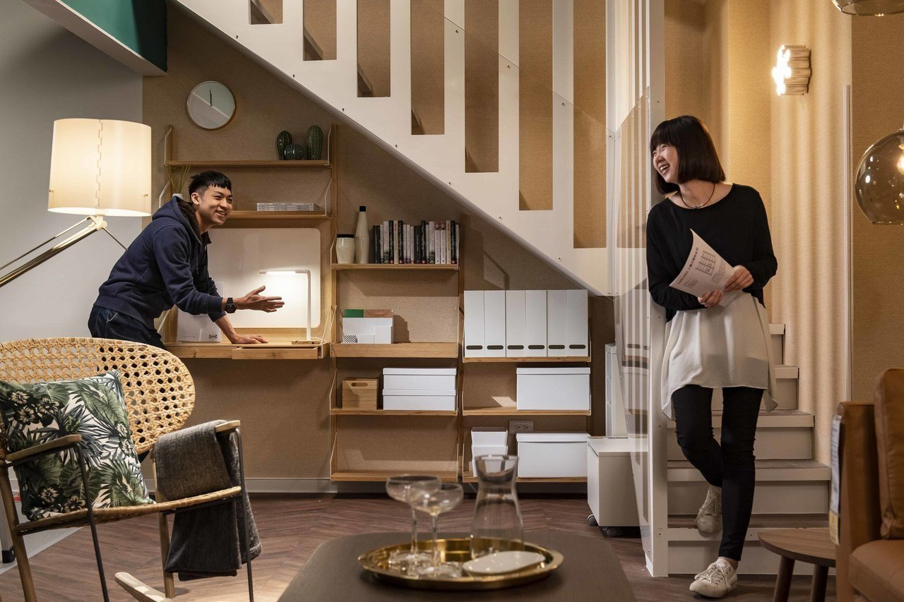 IKEA新店店針對台灣住宅常見的前後陽台、樓梯下畸零空間、玄關運用與收納提供布置...