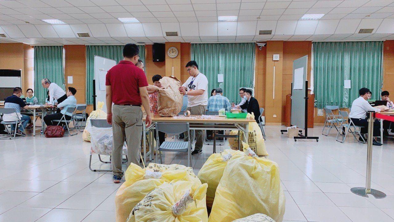 台南地院日前會同雙方陣營在台南市選委會重新驗票,3次勘驗選票,台南地院決定本月3...