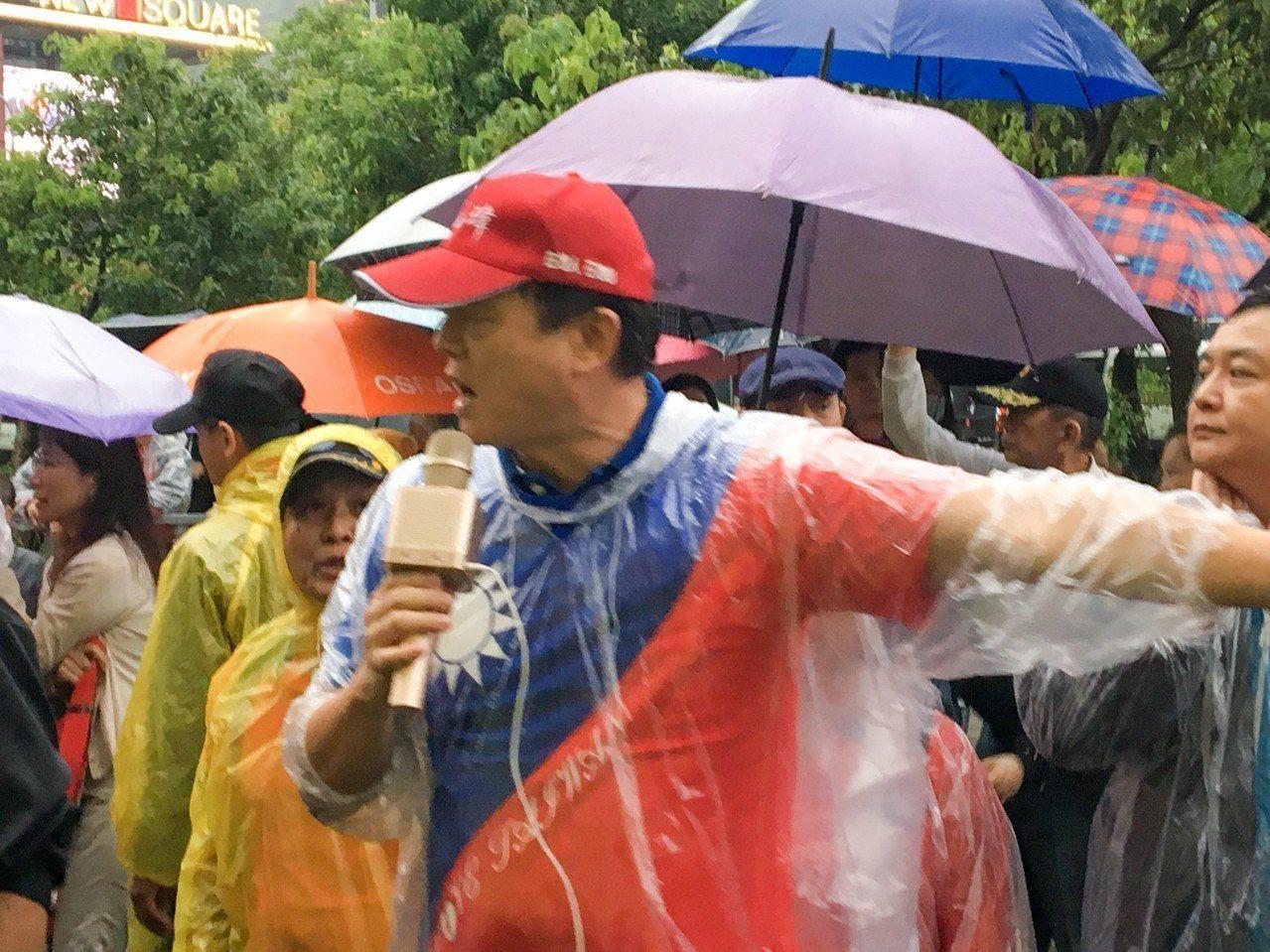 前台北縣長周錫瑋要抗議群眾不要激動。記者蔡翼謙/攝影