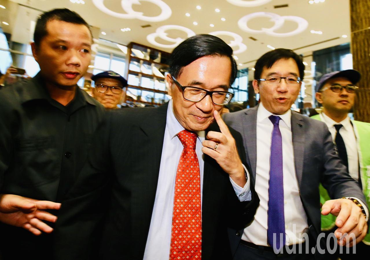 前總統陳水扁下午在台北舉辦簽書會,陳水扁(左二)在兒子陳致中(右二)陪同下,進入...