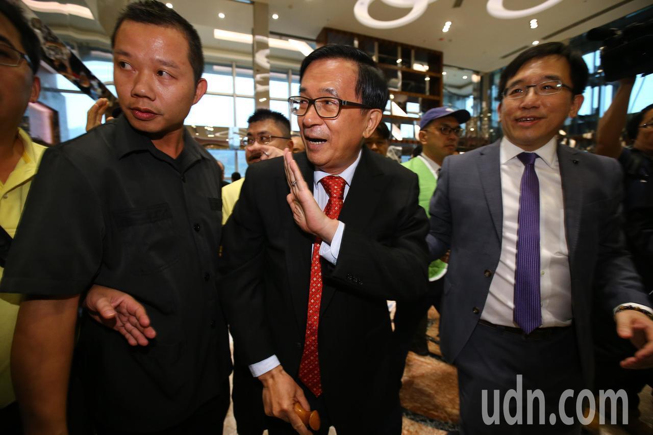 前總統陳水扁下午在台北舉辦簽書會,陳水扁(中)在兒子陳致中(右)陪同下,進入會場...