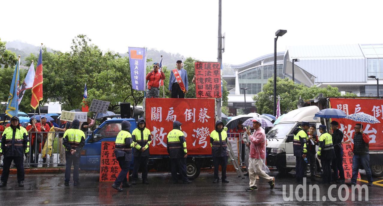 前總統陳水扁下午在台北舉辦簽書會,統派團體成員聚集場外舉牌抗議。記者陳柏亨/攝影