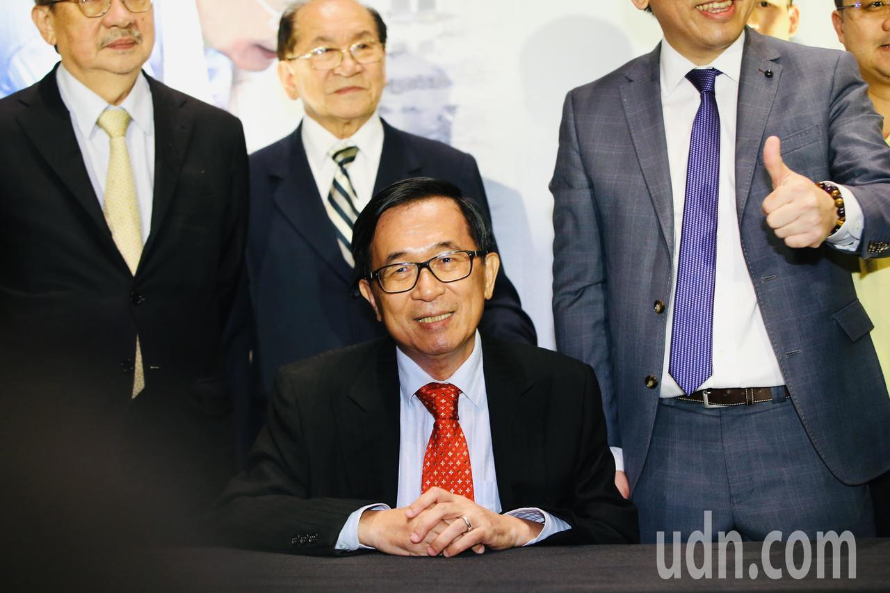前總統陳水扁下午在台北舉辦簽書會,陳水扁在會場內簽書。記者陳柏亨/攝影